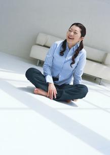 床に座る女性の写真素材 [FYI03029179]