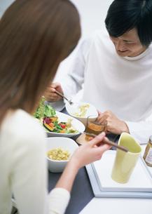 食卓のカップルの写真素材 [FYI03029266]
