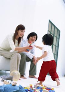 リビングルームの親子の写真素材 [FYI03029274]