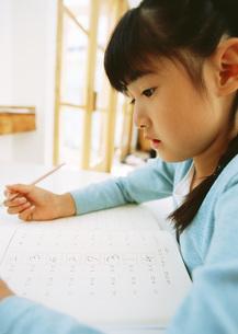 宿題をする女の子の写真素材 [FYI03029308]
