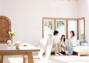 ティータイムのテーブルと親子の写真素材 [FYI03029320]