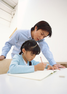 宿題をする女の子の写真素材 [FYI03029348]
