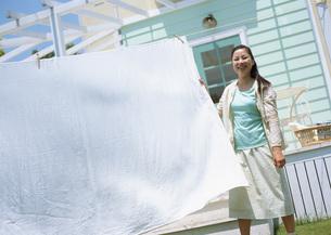 洗濯をする女性の写真素材 [FYI03029416]