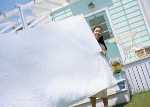洗濯をする女性の写真素材 [FYI03029419]