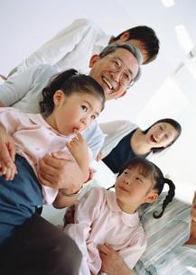 室内の三世代家族の写真素材 [FYI03029431]