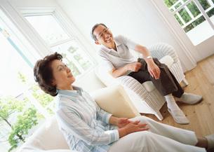 室内の中高年夫婦の写真素材 [FYI03029437]