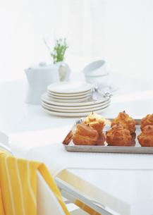 シュークリームと食卓の写真素材 [FYI03029488]