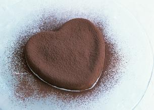 ハート形チョコレートケーキの写真素材 [FYI03029583]