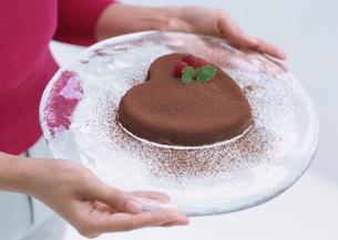 ハート形チョコレートケーキの写真素材 [FYI03029596]