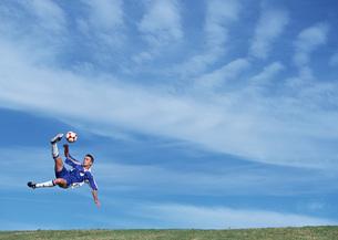 サッカー(オーバーヘッドキック)の写真素材 [FYI03029910]