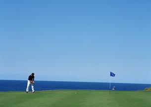 ゴルフをする男性の写真素材 [FYI03029935]
