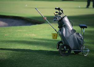 キャリーバッグとゴルフクラブの写真素材 [FYI03029942]