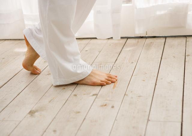 女性の足元の写真素材 [FYI03030076]