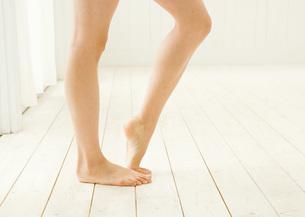 女性の素足の写真素材 [FYI03030087]