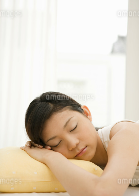 居眠りする女性の写真素材 [FYI03030190]