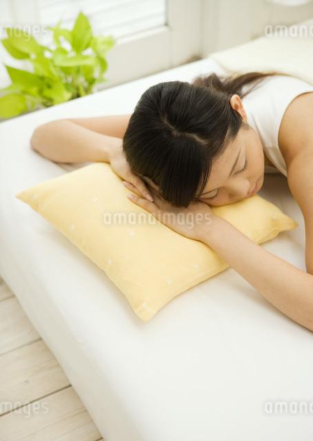 居眠りする女性の写真素材 [FYI03030193]