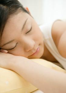 居眠りする女性の写真素材 [FYI03030194]