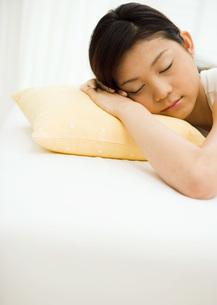 居眠りする女性の写真素材 [FYI03030195]