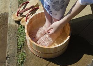 水桶に足を浸す女性の写真素材 [FYI03030256]