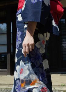 浴衣姿の女性と夏祭りの金魚の写真素材 [FYI03030288]