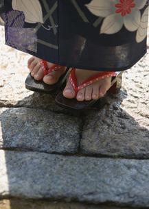 下駄を履いた女性の足元の写真素材 [FYI03030290]