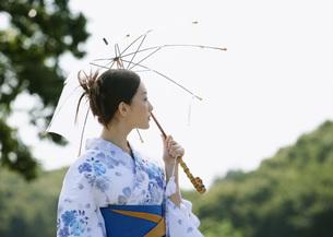 日傘をさす浴衣姿の女性の写真素材 [FYI03030309]