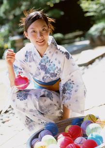 ヨーヨーつりをする浴衣姿の女性の写真素材 [FYI03030334]