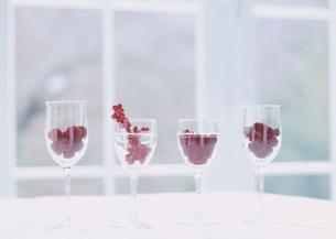 ワイングラスに入った木の実の写真素材 [FYI03030858]