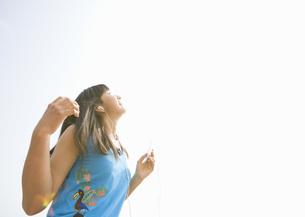 音楽を聴く女の子の写真素材 [FYI03031772]