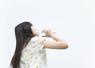 水を飲む女の子の写真素材 [FYI03031780]