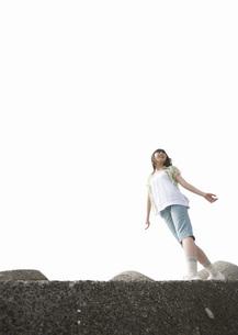 防波堤を歩く女の子の写真素材 [FYI03031783]