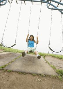 ブランコで遊ぶ女の子の写真素材 [FYI03031801]