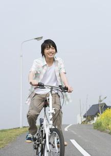 自転車に乗る男の子の写真素材 [FYI03031803]