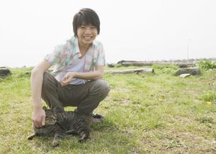 ネコと男の子の写真素材 [FYI03031805]