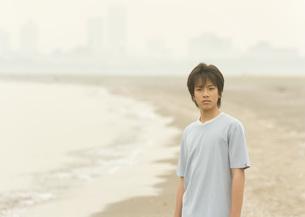 砂浜の男の子の写真素材 [FYI03031827]