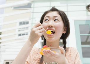 ゼリーを食べる女の子の写真素材 [FYI03031895]