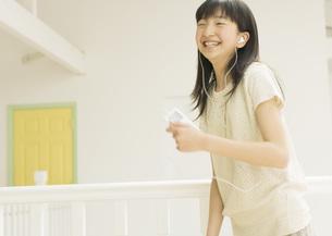 音楽を聴く女の子の写真素材 [FYI03031912]