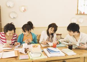 カフェで勉強する若者の写真素材 [FYI03032104]