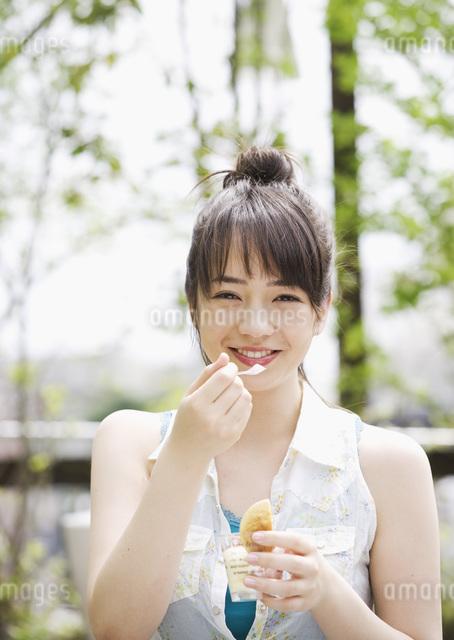 デザートを食べる女性の写真素材 [FYI03032124]