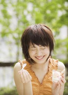 デザートを食べる女性の写真素材 [FYI03032131]