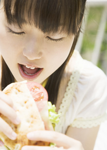 ピタサンドを食べる女性の写真素材 [FYI03032160]
