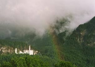 虹とノイシュヴァンシュタイン城の写真素材 [FYI03032220]