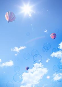 青空と熱気球の写真素材 [FYI03032465]