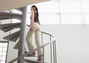 らせん階段をのぼる女性の写真素材 [FYI03032759]