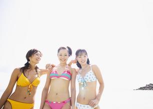 ビーチの女性の写真素材 [FYI03032844]