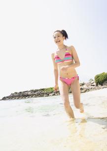 ビーチを走る女性の写真素材 [FYI03032892]