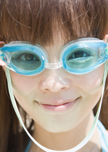 水中メガネの女性の写真素材 [FYI03032913]