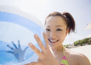 ビーチボールを持つ女性の写真素材 [FYI03032919]