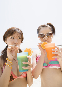 ジュースを飲む女性の写真素材 [FYI03032920]