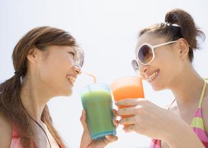 ジュースを飲む女性の写真素材 [FYI03032921]